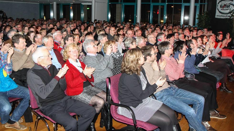 400 Zuschauer im ausverkauften Rathaus sind begeistert. Foto: Kultur Pur/Ulrich Bock