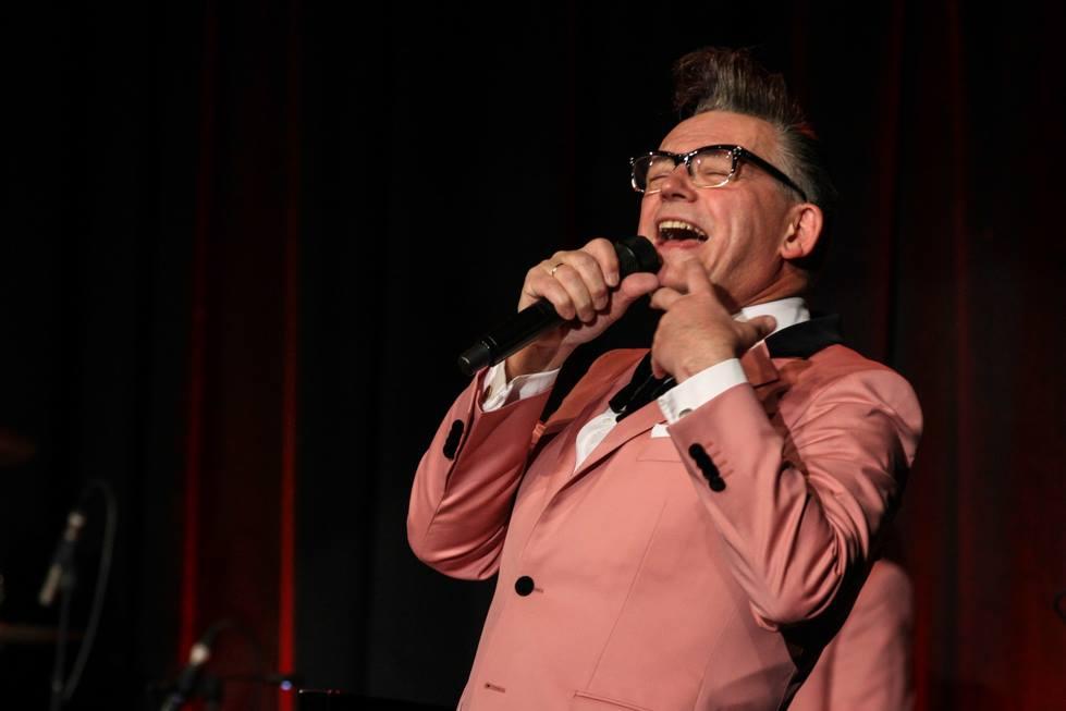"""Götz Alsmann singt und wandelt """"geschmeidig wie eine Katze"""" über die Bühne. Foto: Kultur Pur/Ulrich Bock"""
