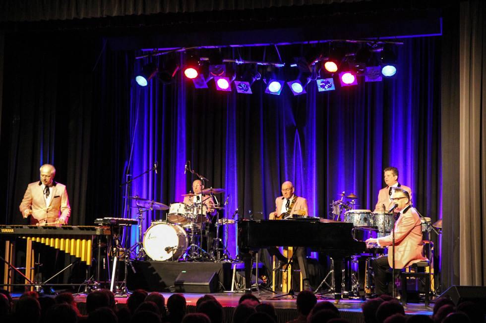 Die Götz Alsmann Band beginnt ihren Auftritt in Bestwig. Foto: Kultur Pur/Ulrich Bock