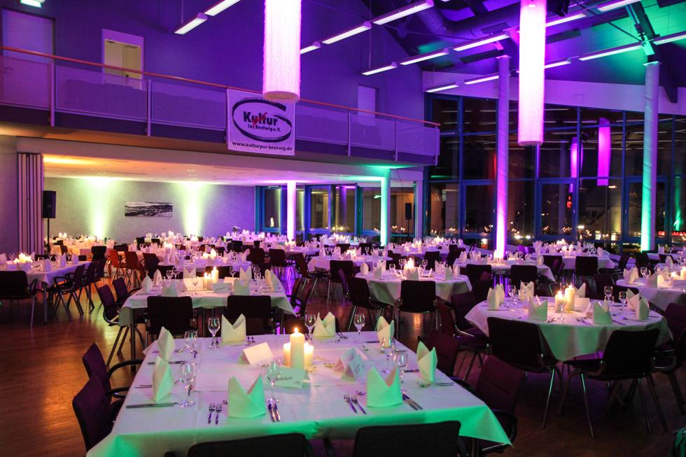 Die Beleuchtung taucht den Saal in ungewohntes Licht. Foto: Kultur Pur/Ulrich Bock