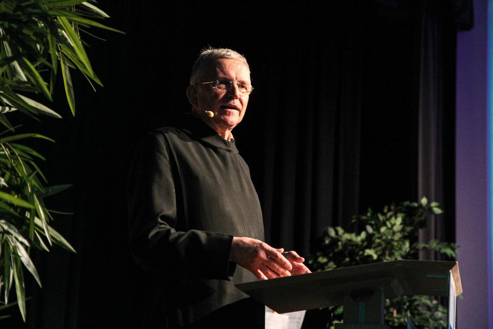 Pater Werner führt in die Esskultur des Abends ein. Foto: Kultur Pur/Ulrich Bock