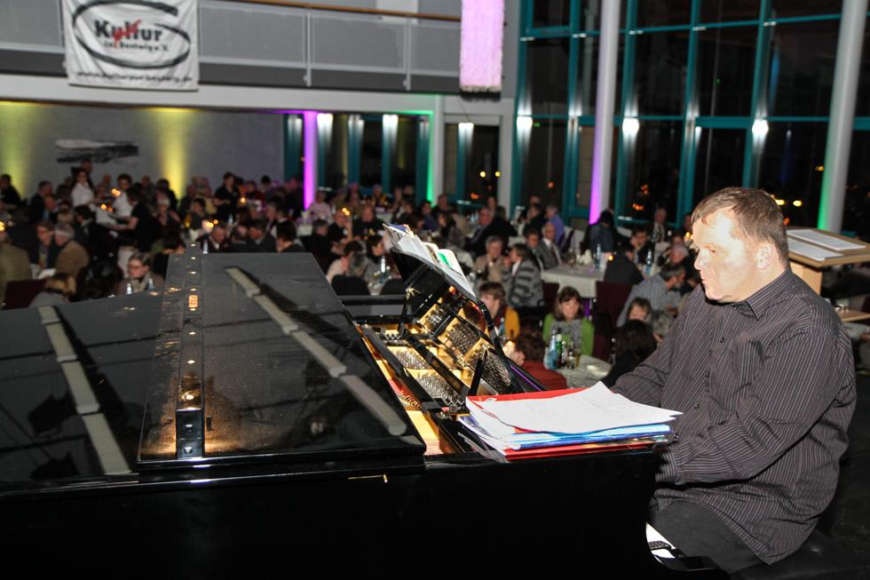 Thomas Schridde spielt während der Gänge den Flügel. Foto: Kultur Pur/Ulrich Bock