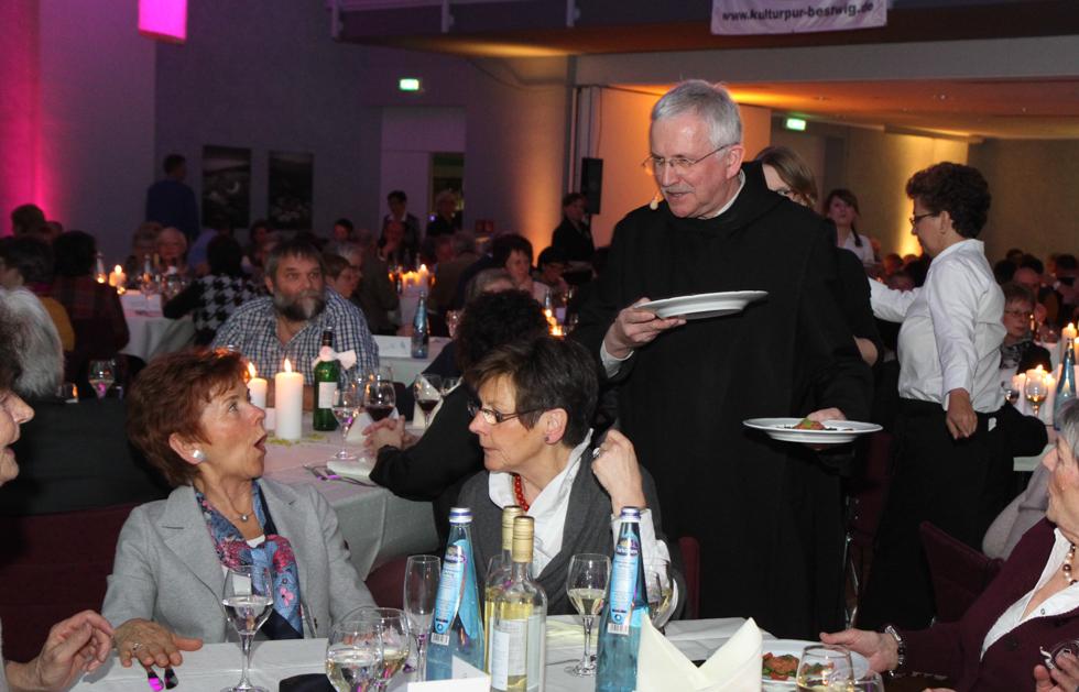 Pater Werner serviert auch persönlich. Foto: Kultur Pur/Ulrich Bock