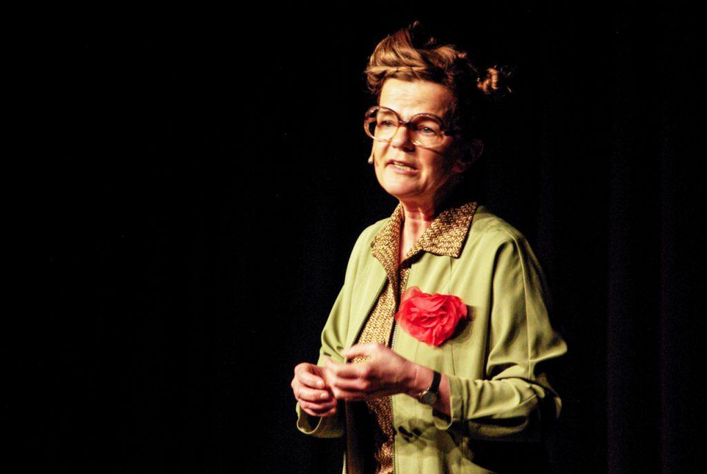 Frieda Braun nimmt den rotationsfrei gelagerten Sauerländer auf's Korn. Foto: Kultur Pur/Ulrich Bock