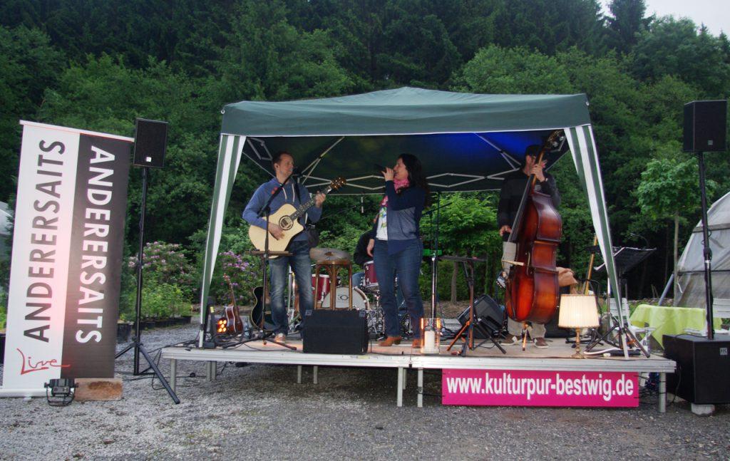Für die Band gibt's einen Pavillon - doch es bleibt trocken. Foto: Kultutr Pur/Ulrich Bock