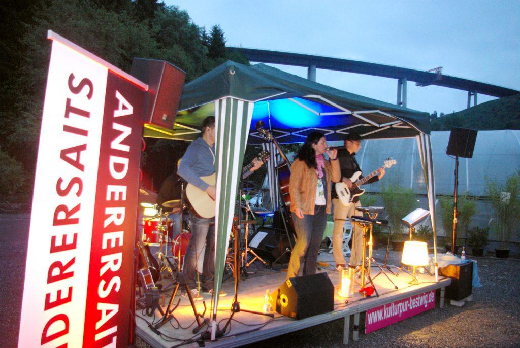 Musik von Amy Mc Donald und Annett Louisan unter der Autobahnbrücke. Foto: Kultur Pur/Ulrich Bock