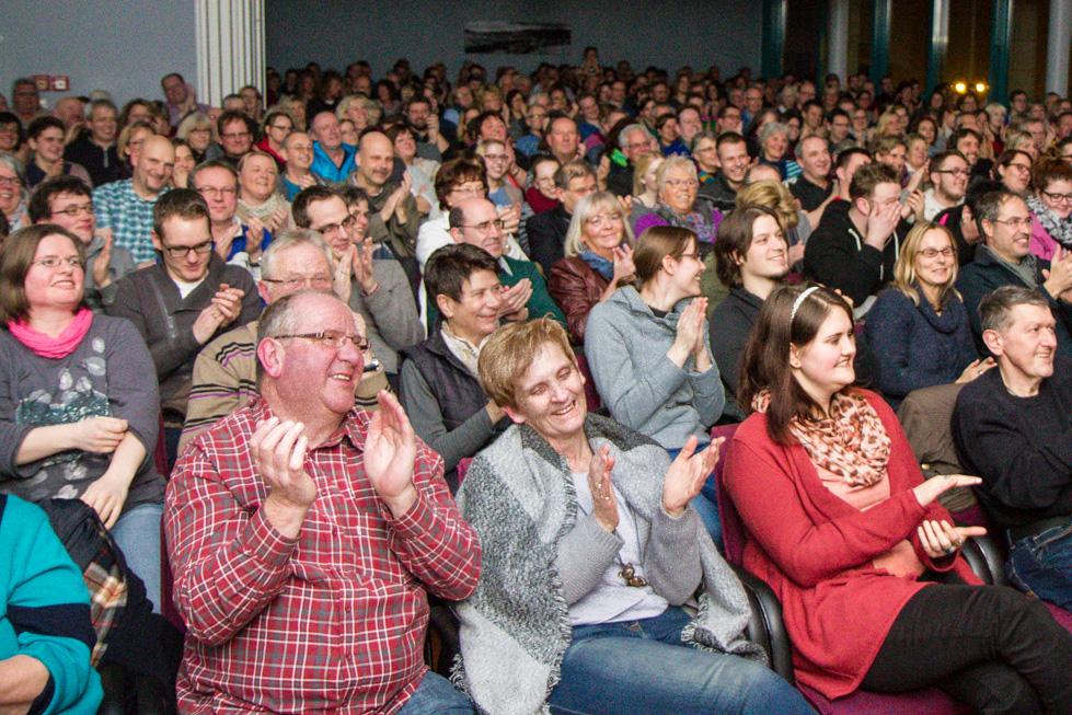 400 Zuschaer hatten bei dem dreistündigen Gastspiel von Torsten Sträter viel Spaß. Foto: Kultur Pur/Ulrich Bock