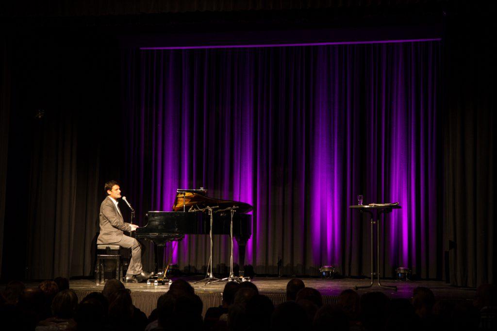 Der Kabarettist beherrscht auch das Klavier.