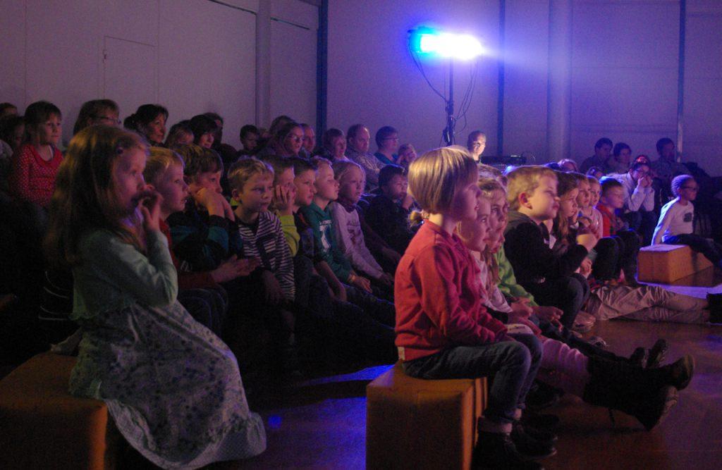 Die 50 Kinder waren voll bei der Sache - und gaben William Goldtaler dem Zweiten zahlreiche Ratschläge. Foto: Kultur Pur/Ulrich Bock