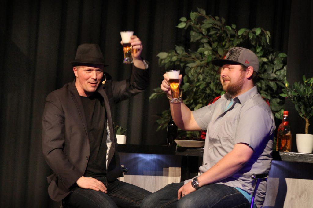 Der nächste Freiwillige ist Olaf. Er darf mit dem Zauberer erst einmal ein Bier trinken.