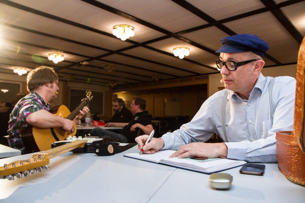 Dort trug sich Herbert Knebel zum wiederholten Mal ins Gästebuch von Kultur Pur ein. — – hier: Schützenhalle Velmede.