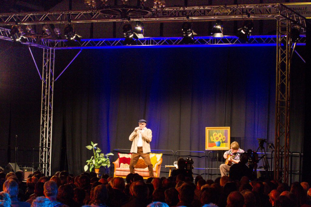 Herbert Knebel und Ozzy Ostermann auf der Bühne.