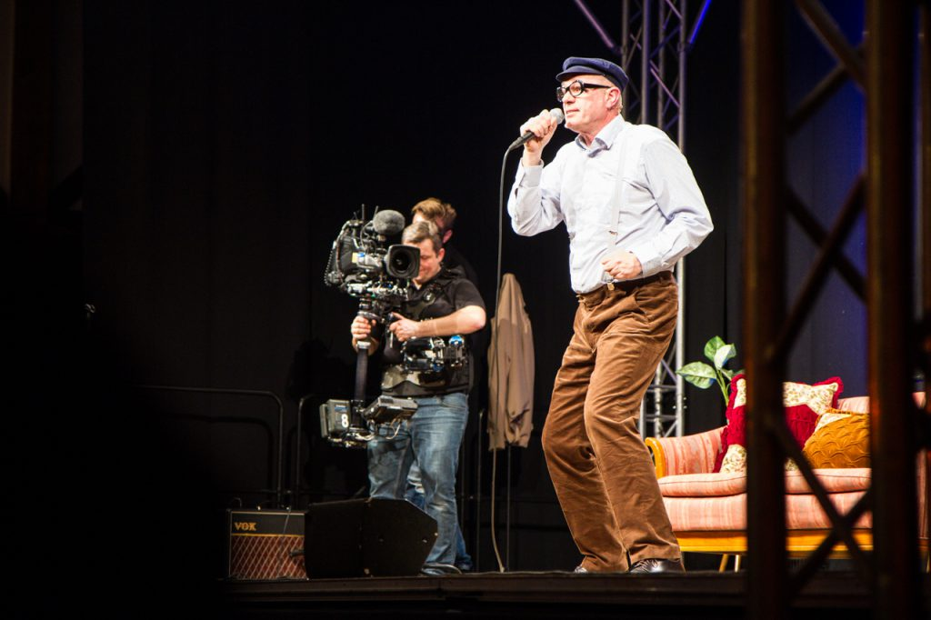"""Auch als Sänger weiß Herbert Knebel das """"bizarre Bestwig"""" zu überzeugen."""