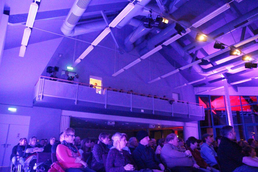 Der ganze Bürgersaal ist in lilafarbenes und purpurnes Licht getaucht.