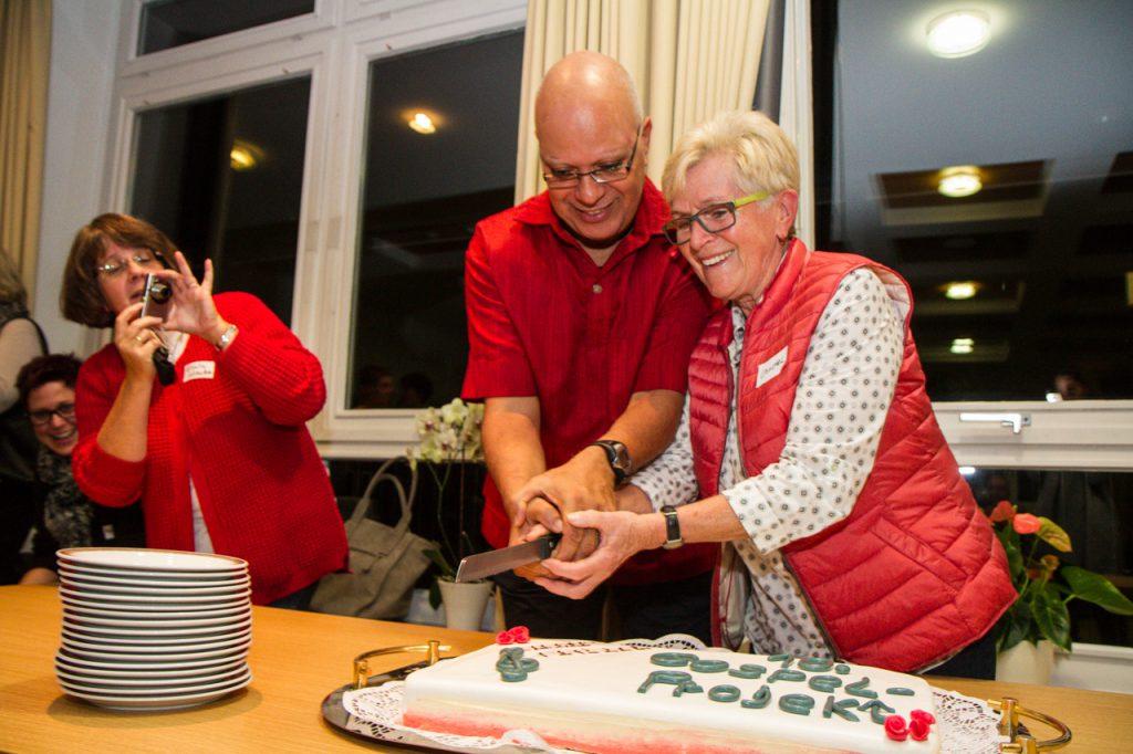 Zusammen mit Christel Eickeler schneidet Carlos Garcia die Geburtstagstorte an.