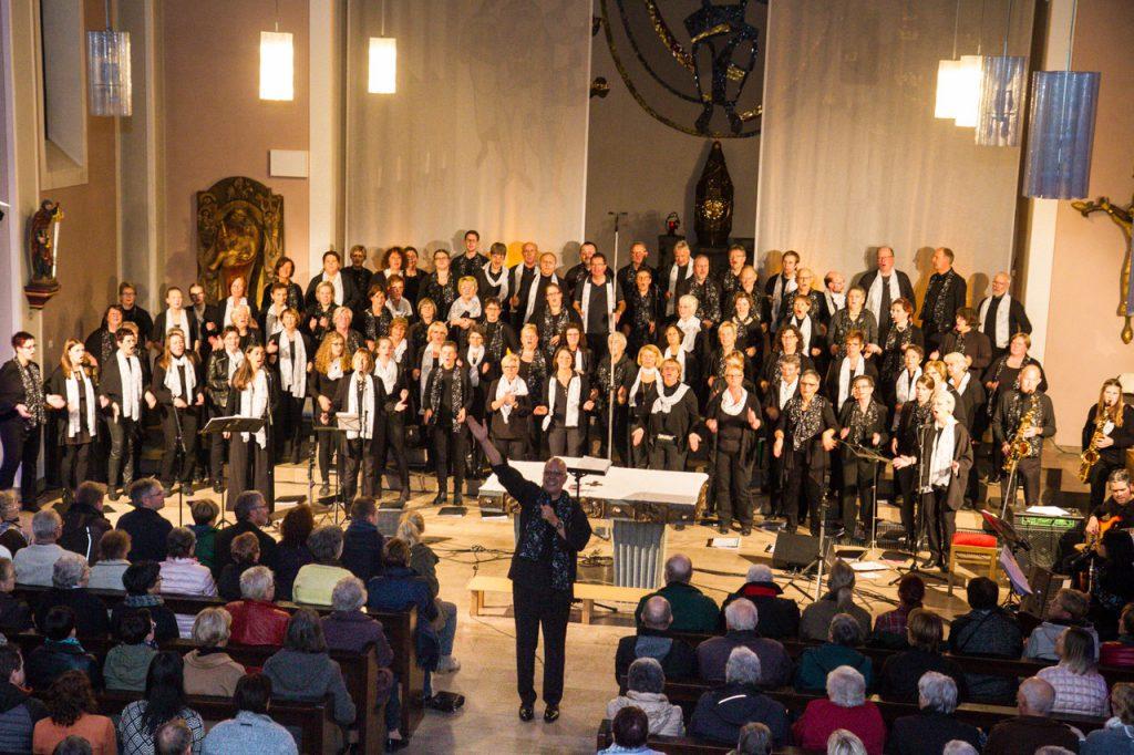 Die 90 Sängerinnen und Sänger geben im Altarraum ein imposantes Bild.