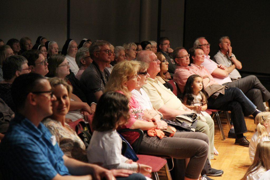 Das Publikum verfolgt die Vorstellung gespannt. Auch Bürgermeister Ralf Péus und der SPD-Fraktionsvorsitzender Thomas Liedtke.