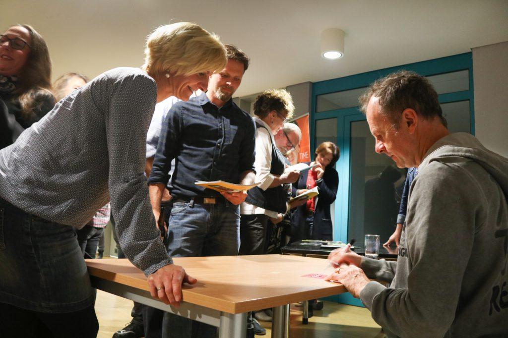 In der Pause signiert Willy Astor fleißig Bücher und CDs. Foto: Kultur Pur/Ulrich Bock