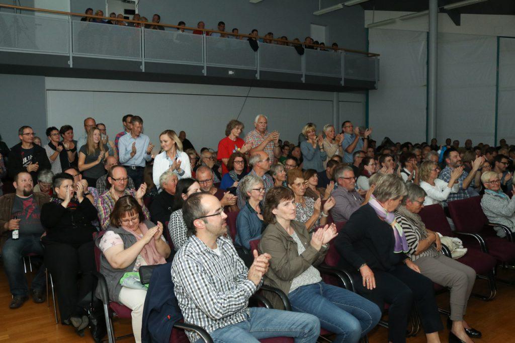 Das Publikum vverabschiedet Willy Astor mit stehenden Ovationen. Foto: Kultur Pur/Ulrich Bock