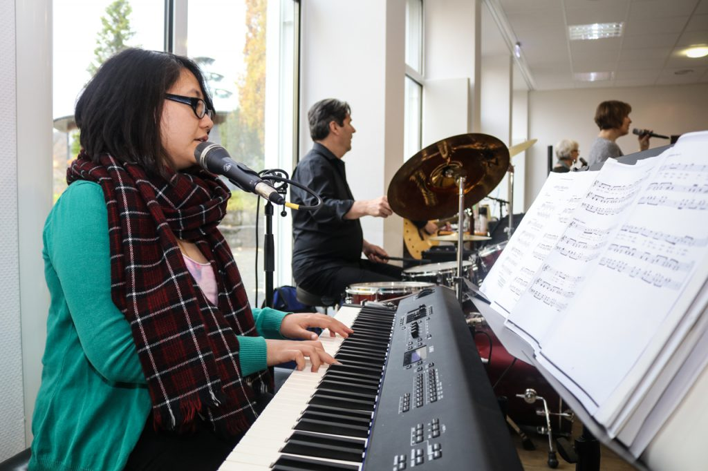Agnes begleitet den Chor am E-Piano. Foto: Kultur Pur/Ulrich Bock
