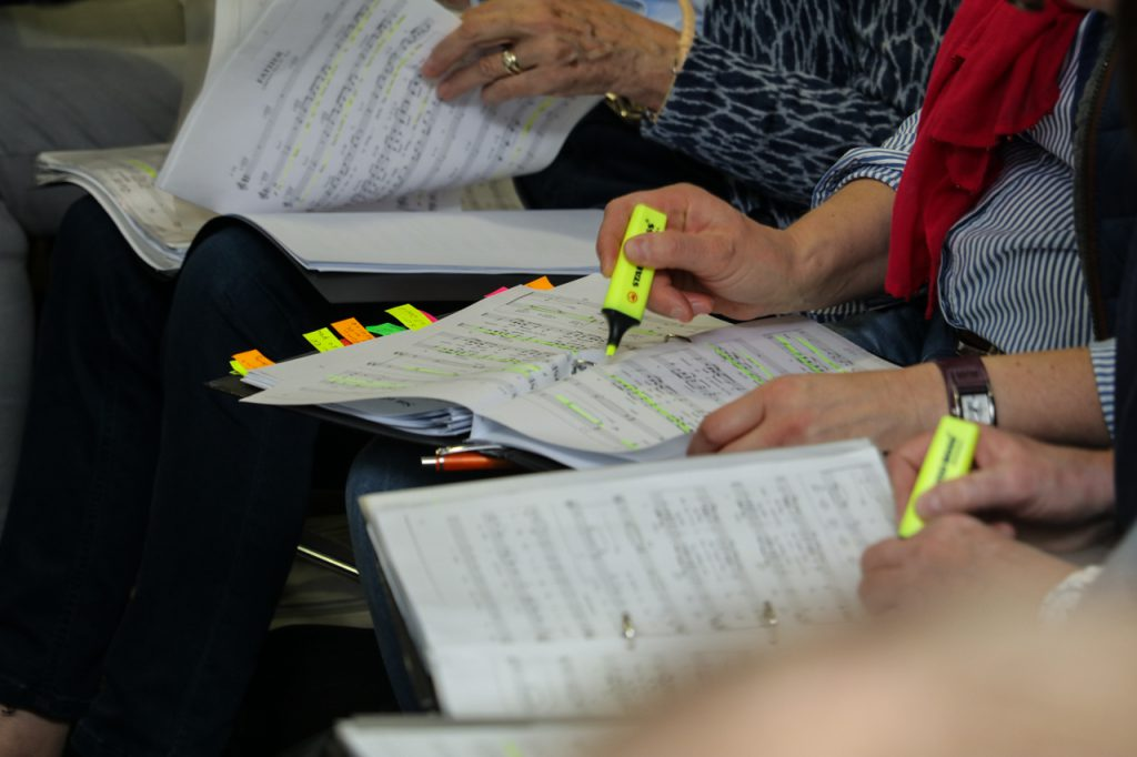 Der Textmarker darf bei den Gospelproben nicht fehlen. Foto: Kultur Pur/Ulrich Bock