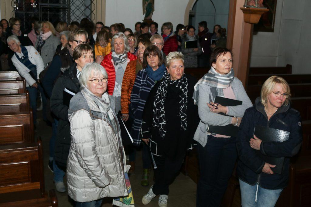 Die Damen ziehen von hinten in die Kirche ein. Foto: Kultur Pur/Ulrich Bock