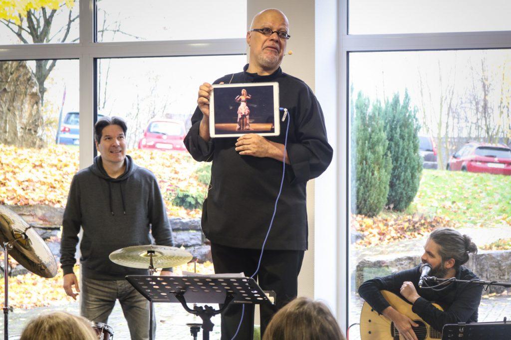 Carlos zeigt an einem Beispiel, was passiert, wenn man mit zuviel Kraft singt. Foto: Kultur Pur/Ulrich Bock