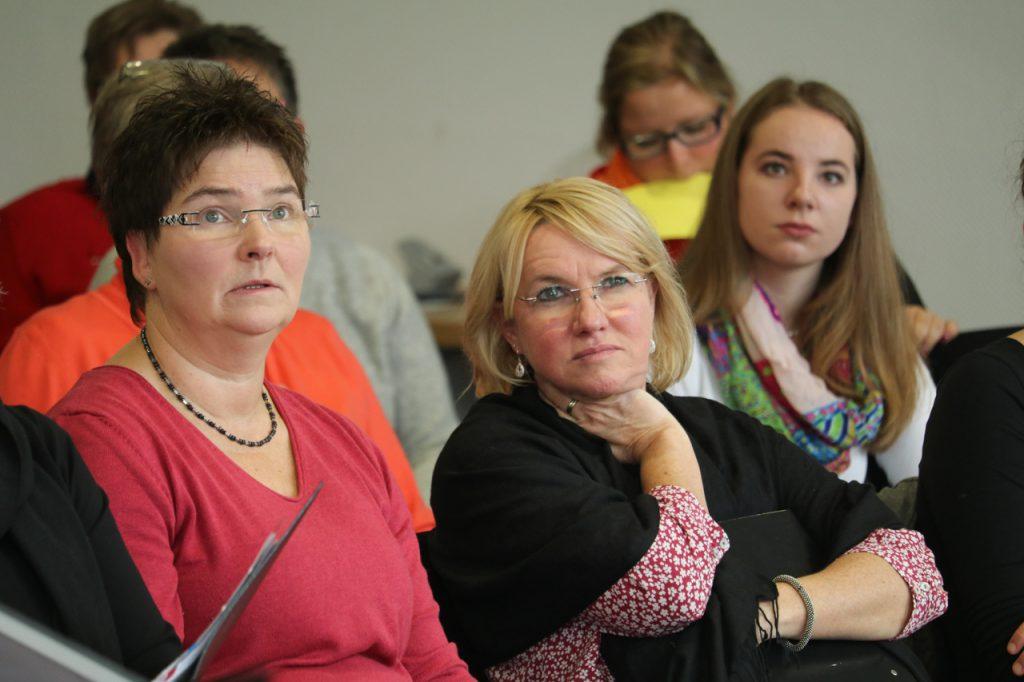 Aufmerksam hören die Teilnehmerinnen und Teilnehmer zu. Foto: Kultur Pur/Ulrich Bock