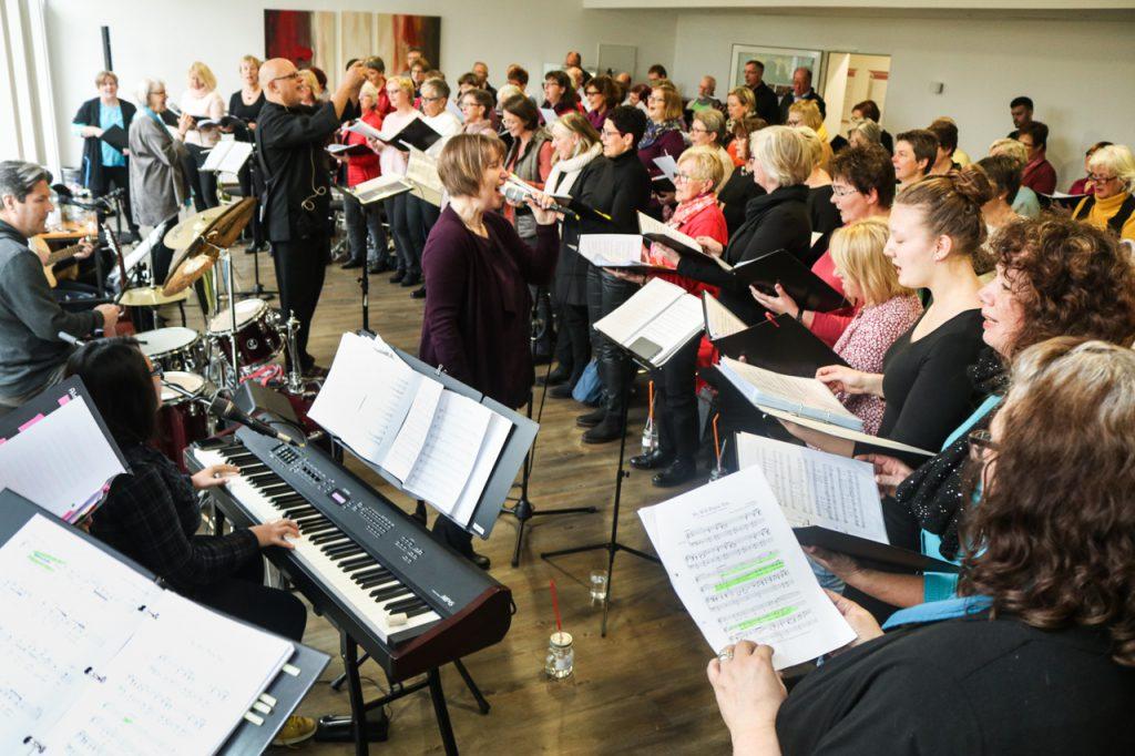 """Der Chor singt: """"We will Praise You."""" Foto: Kultur Pur/Ulrich Bock"""