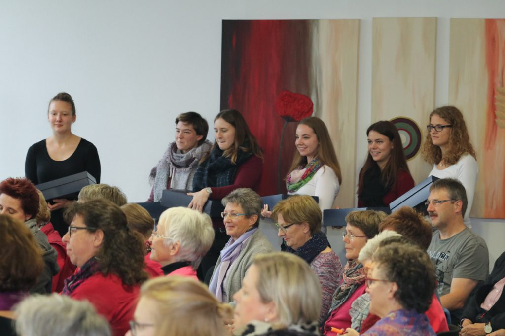 Eine Delegation macht sich bereit, die Gastgeschenke zu überreichen. Foto: Kultur Pur/Ulrich Bock