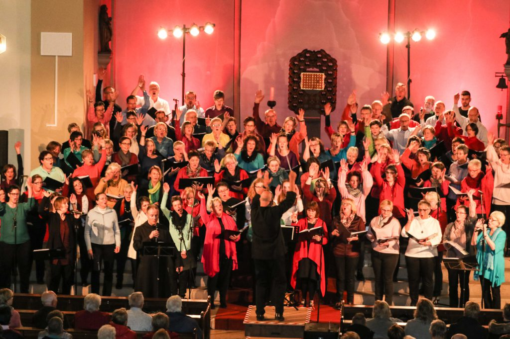 Die über 90 Sängerinnen und Sänger des Projektchoores sind mit Begeisterung dabei. Foto: Kultur Pur/Ulrich Bock
