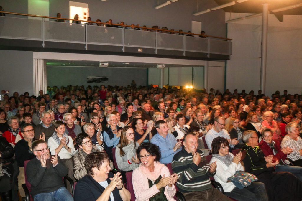 400 Zuschauer fülten den Bürgersaal des Rathauses am ersten Premieren-Abend. Einen Tag später ist er noch einmal so voll. Foto: Kultur Pur/Ulrich Bock