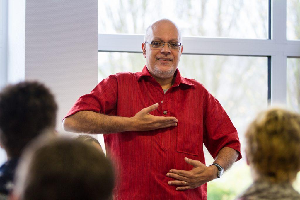 Ganz wichtig ist der Einsatz des Zwerchfells. Carlos hatte die Aussprache des Wortes vorher noch extra geübt. Foto: Kultur Pur/Ulrich Bock