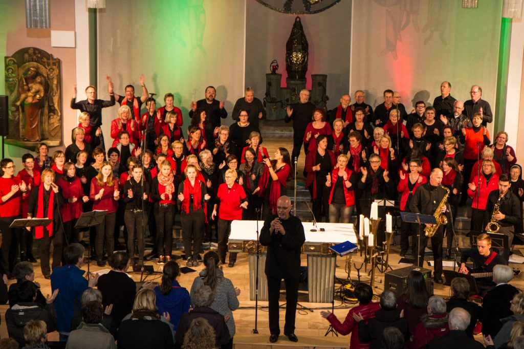 Welch ein Bild: 90 Sänger und Musiker säumen den Altarraum. Foto: Kultur Pur/Ulrich BGock