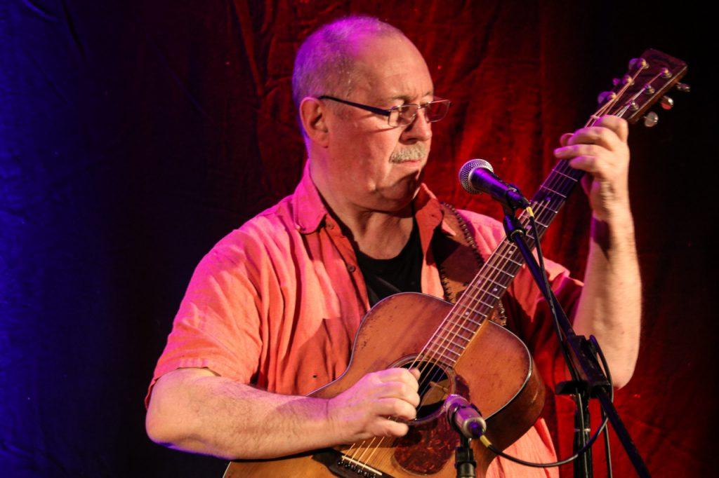"""""""Eigentlich müsste ich viel mehr schwitzen"""", sagt Sammy Vomáčka - wei sein virtuoses Gitarrenspiel nicht immer spektakulär aussieht. Foto: Kultur Pur/Ulrich Bock"""