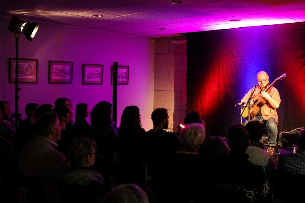 30 Zuhörer lauschten konzentriert, was Sammy Vomacka mit seiner Gitarre alles anstellt. Foto: Kultur Pur/Ulrich Bock
