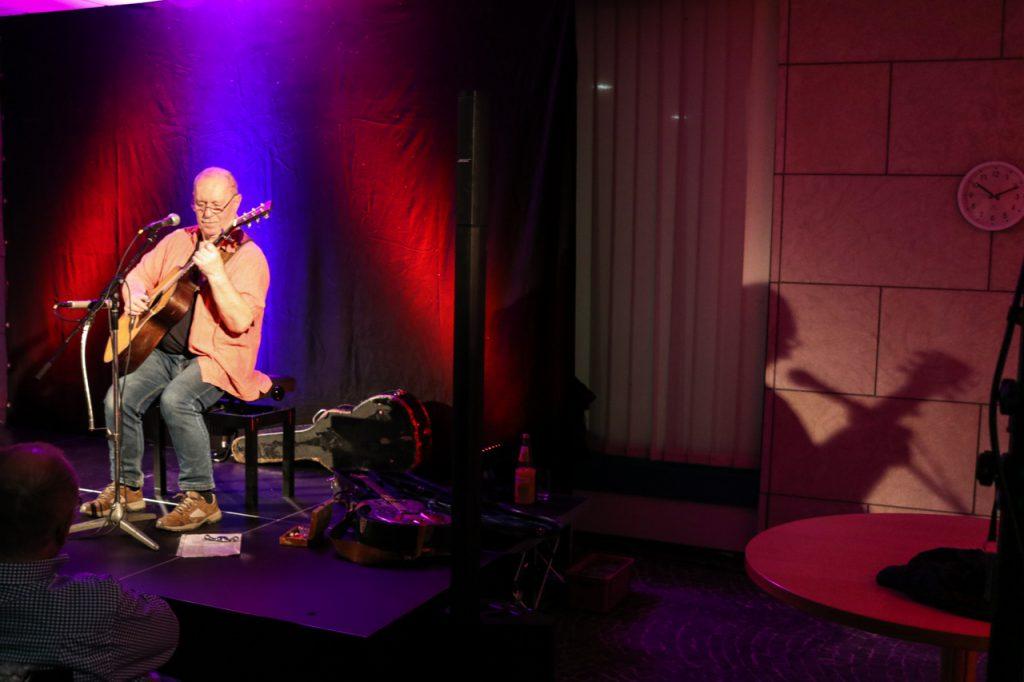 Lichtspiele: manchmal schien der Gitarrist etwas schneller als sein Schatten zu sein. Foto: Kultur Pur/Ulrich Bock