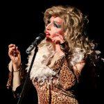 Sie spielt auf ihre Weise - auch mit dem Publikum. Foto: Kultur Pur/Ulrich Bock