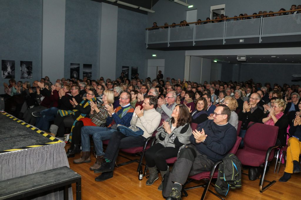 360 Besucher waren am Samstagabend in den Bestwiger Bürgersaal gekommen. Foto: KulturPur/Ulrich Bock