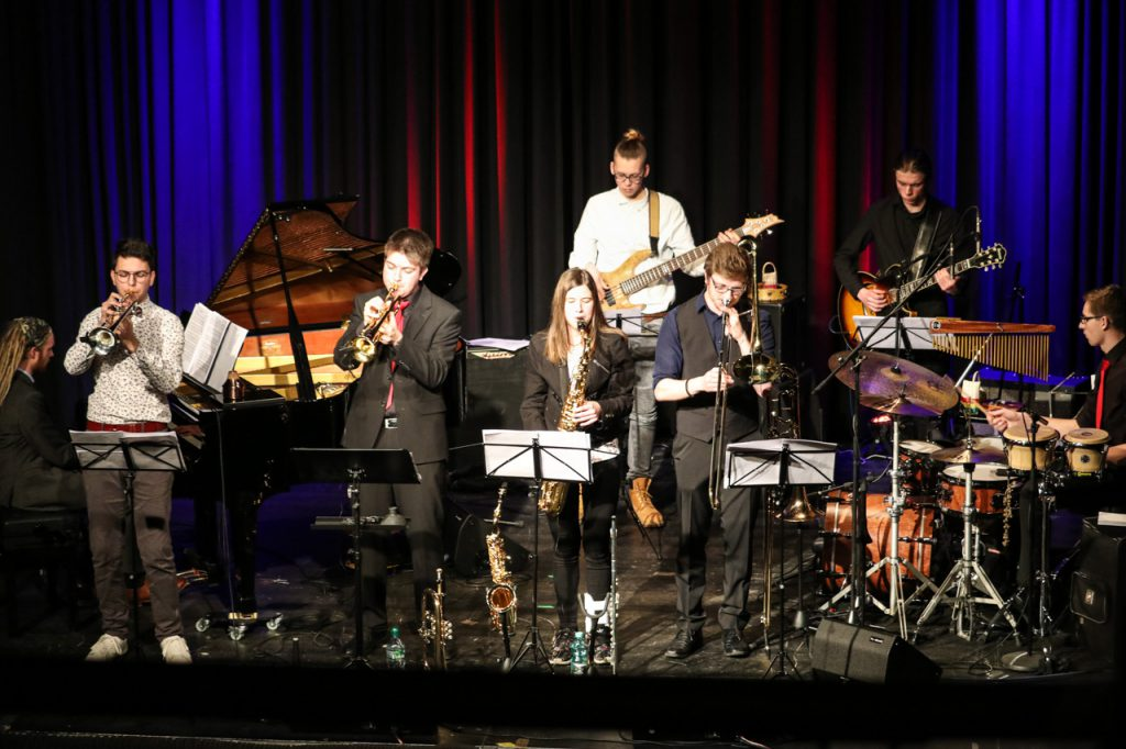 Die Jazz-Police füllt die gesamte Bühne des Bürgersaals. V.l.: Tim Köhler (Flügel), Vincent Höhle (Trompete), Sean Welsh (Trompete), Celina Hanfland (Saxophon), Felix Brychcy (Bass), Martin Kramer (Posaune), Ben Müthing (Gitarre) und Johannes Mimberg (Schlagzeug). Foto: Kultur Pur/Ulrich Bock