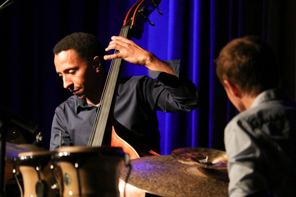 Mit mehreren Soli begeistert Omar Rodriguez das Publikum. Foto: Kultur Pur/Ulrich Bock