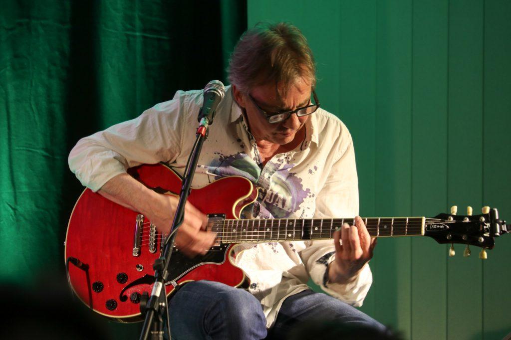 Pit Schwaar spielt einen seiner Lileblingskomponisten: Carlos Santana. Foto: Kultur Pur/Ulrich Bock