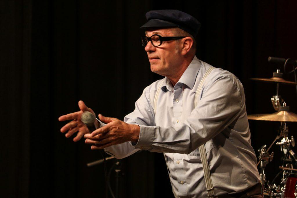 Gekonnter Umgang mit dem Mikrofon. Foto: Kultur Pur/Ulrich Bock