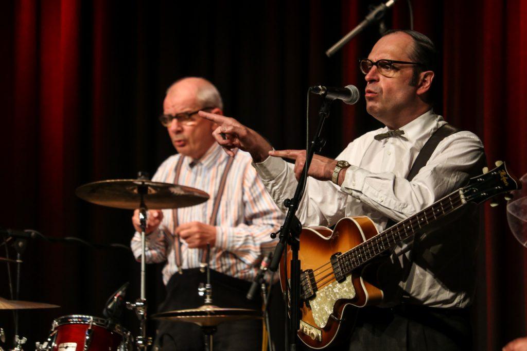 Im Rhythmus: Der Trainer am Schlagzeug und Ernst Pichl am Bass. Foto: Kultur Pur/Ulrich Bock