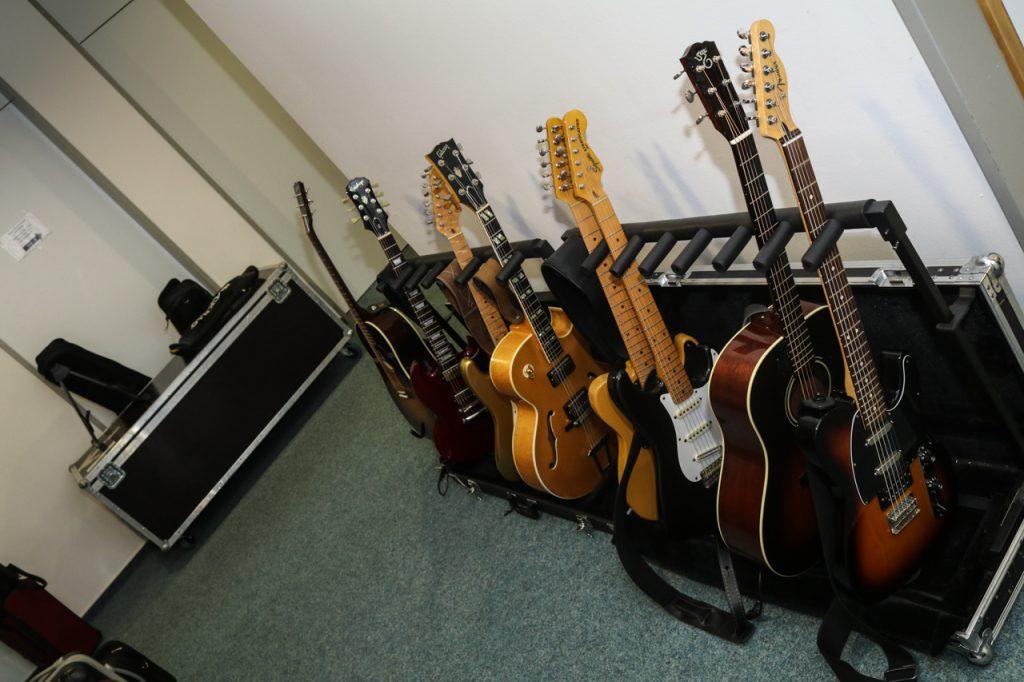 Der Gitarrenpark hinter der Bühne. Foto: Kultur Pur/Ulrich Bock