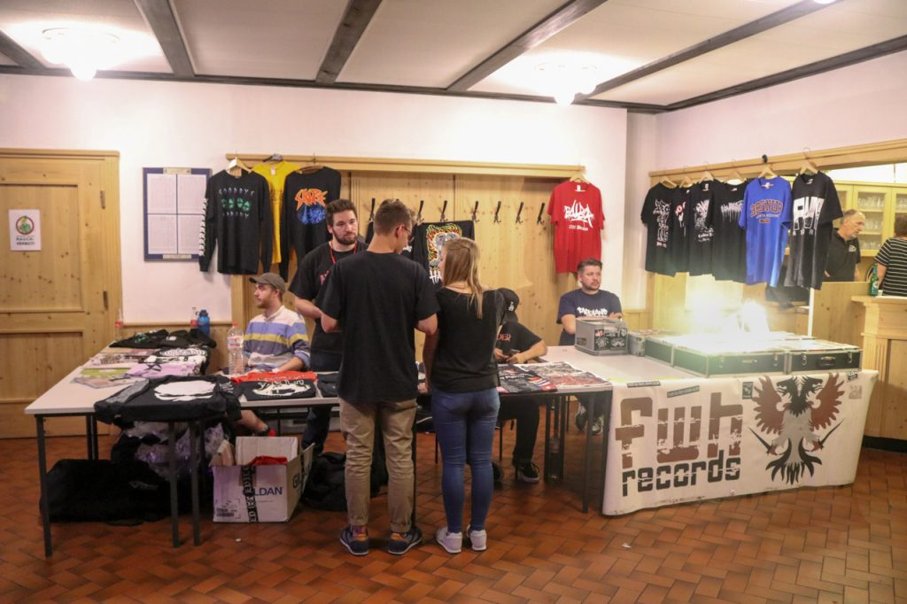 Natürlich gab es auch T-Shirts, Aufnäher und  CDs zu kaufen. Twitching Tongues hat gerade ein neues Album veröffentlicht.  Foto: Kultur Pur/Ulrich Bock