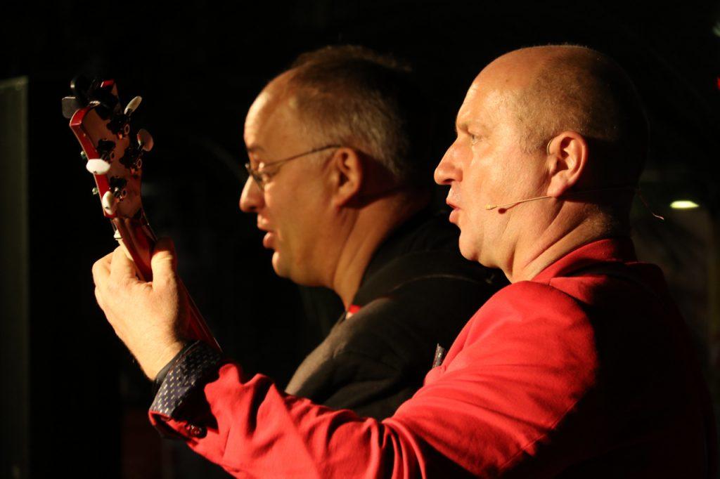 Mit Gitarre, Piano und Percussion machen die beiden Musiker richtig Stimmung. Foto: Kultur Pur/Ulrich Bock