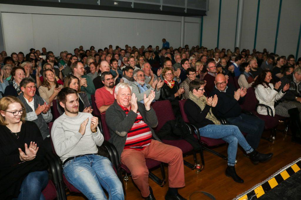 Die knapp 250 Zuschauer verabschiedeten Gernot Hassknecht mit sattem Applaus. Foto: Kultur Pur/Ulrich Bock