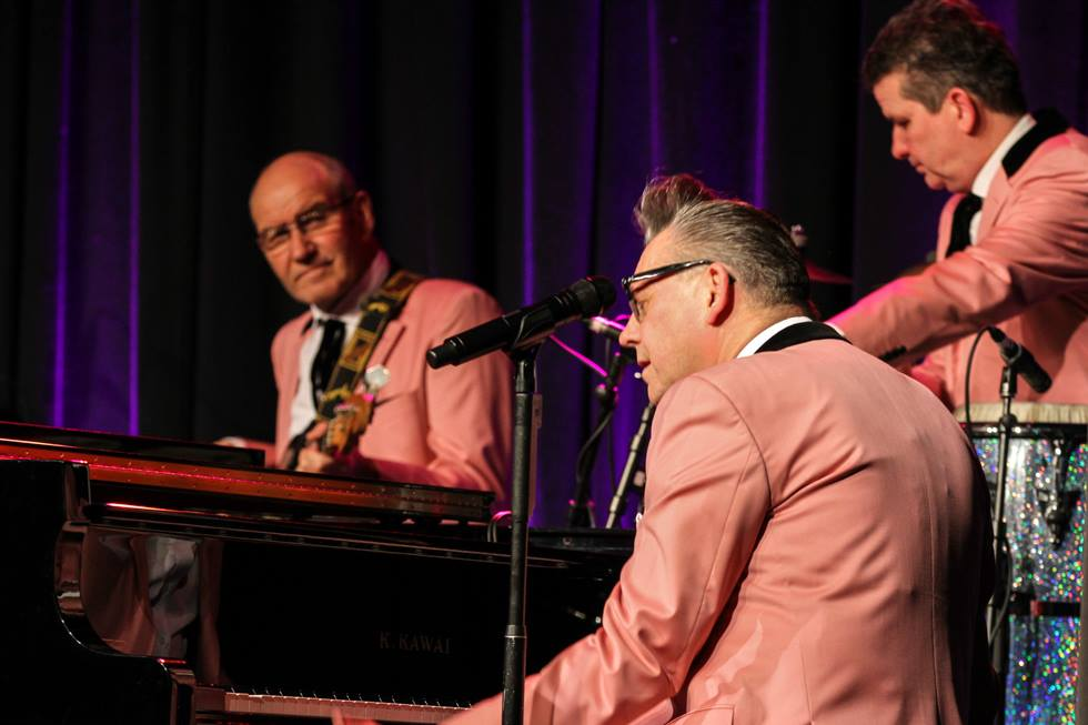 Michael Ottomar Müller links hinten am Bass, Markus Paßlick an der Percussion und Götz Alsmann am Flügel. Foto: Kultur Pur/Ulrich Bock