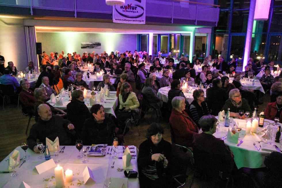 220 Gäste finden an den Tischen Platz. Foto: Kultur Pur/Ulrich Bock